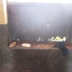 Toiletartikelen van de laatste bewoner: een steen, een zeepje, een stokje en wat garen